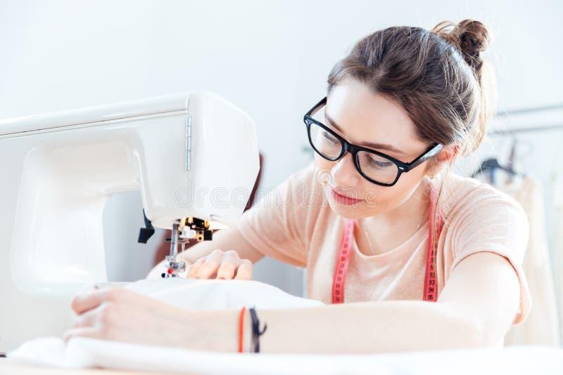 Poważna kobiety szwaczka przy pracą z sukienną tkaniną zdjęcie royalty free