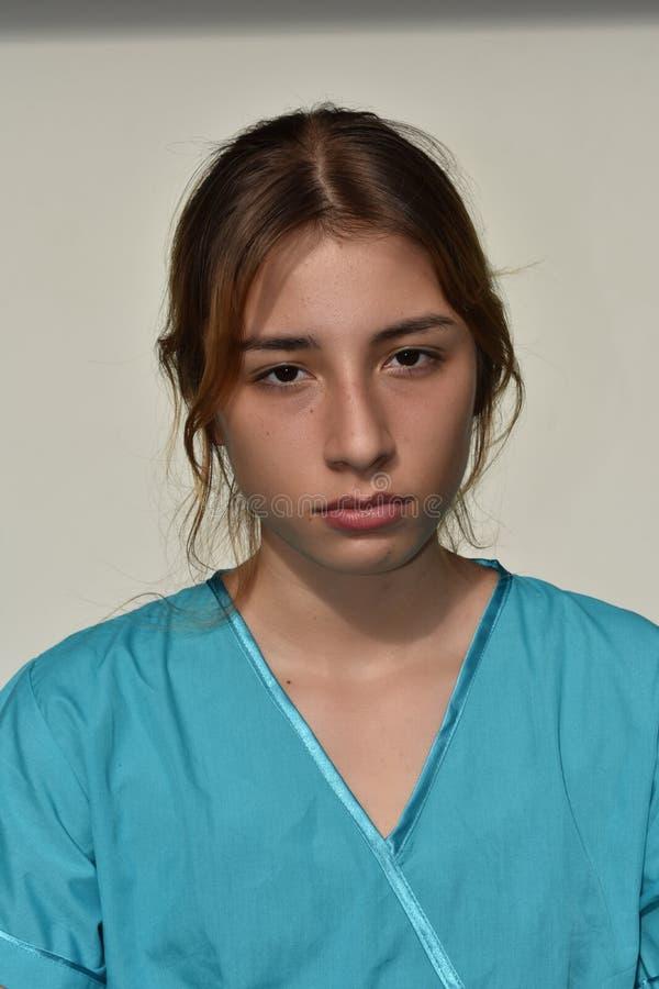 Poważna młoda żeńska pielęgniarka obraz stock