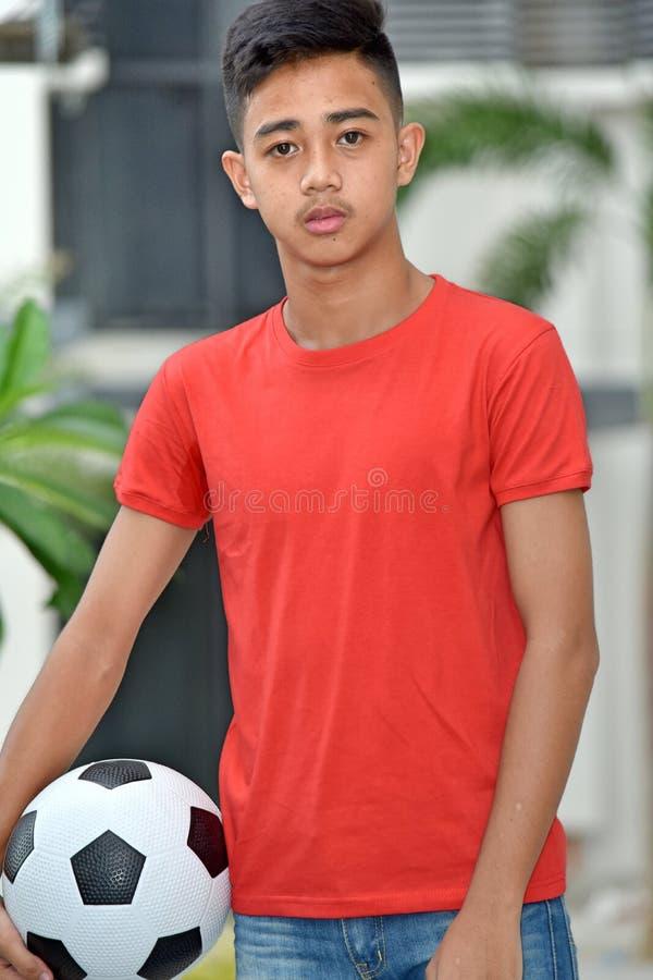 Poważna Młoda Różnorodna osoba Z piłki nożnej piłką zdjęcie stock