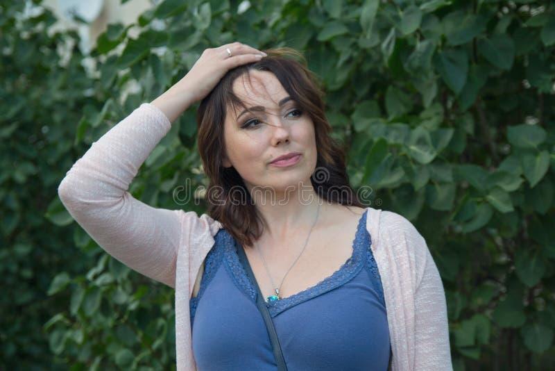 Poważna simpotichnaya kobieta w ogródzie obraz royalty free