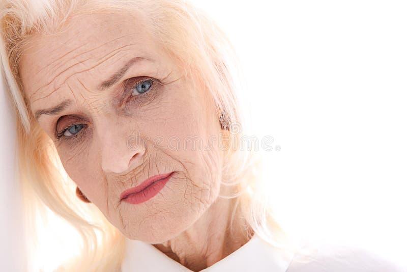 Poważna stara dama spogląda attentively fotografia stock