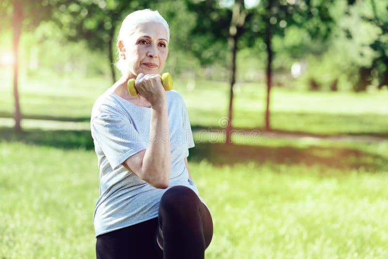 Poważna starsza kobieta ćwiczy attentively obraz royalty free