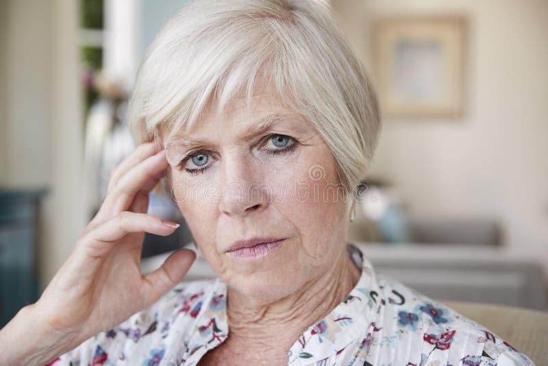 Poważna starsza kobieta patrzeje kamera w domu, zamyka up obraz stock