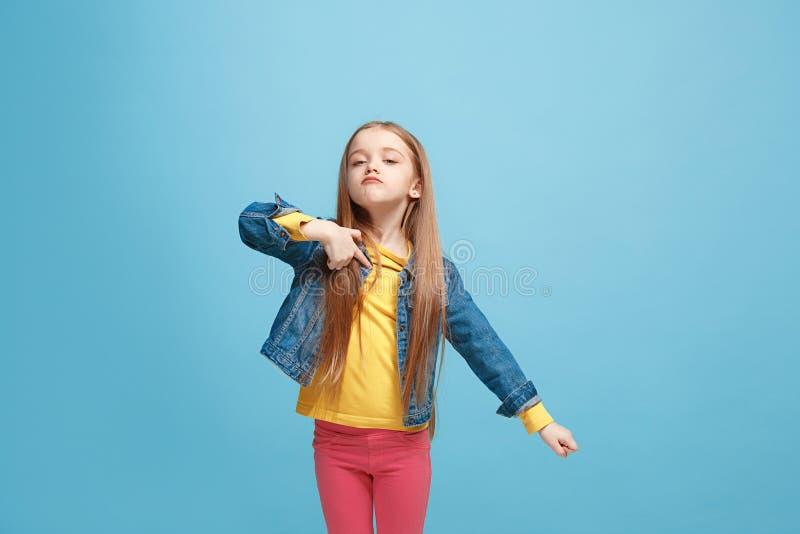 Poważna wątpliwa, rozważna nastoletnia dziewczyna pamięta coś, kobiet emocjonalni potomstwa zdjęcie royalty free