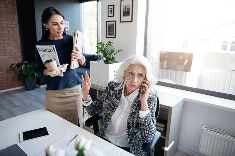 Poważne damy trudzą się wpólnie w biurze zdjęcia royalty free