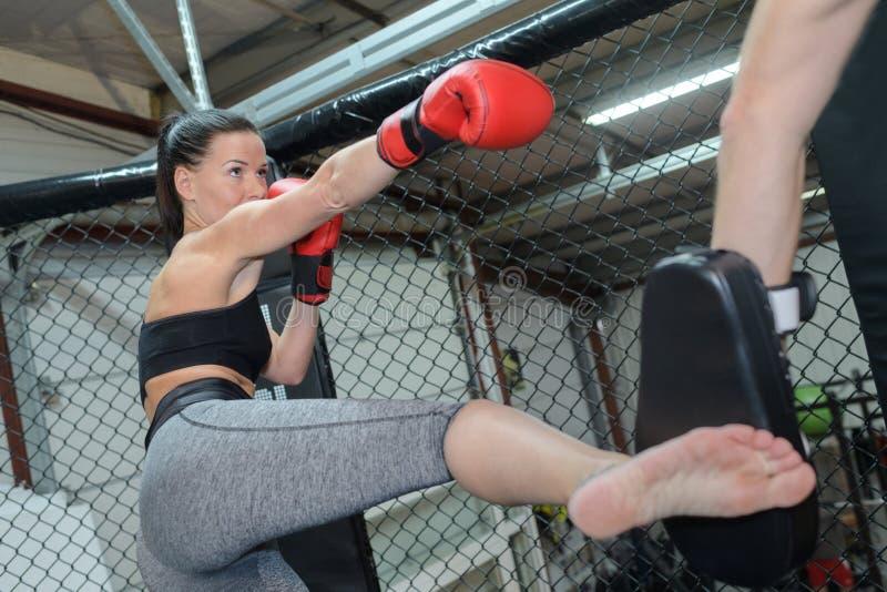 Poważnego żeńskiego boksera ćwiczy poncz zdjęcie royalty free