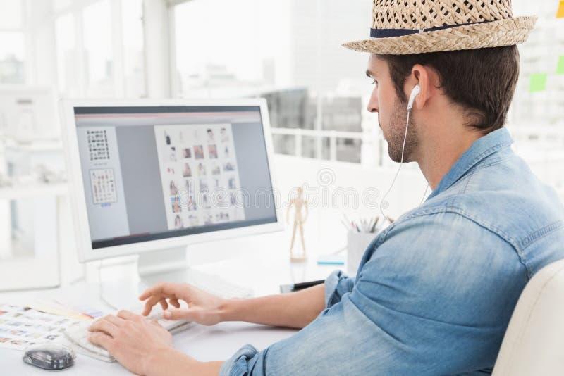 Poważnego biznesmena słuchająca muzyka i pisać na maszynie na klawiaturze zdjęcia royalty free
