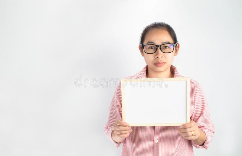 Poważnego twarzy kobiety Azjatyckiego mienia pusta biała deska dla kopii umieszczającej na białym tle obraz stock