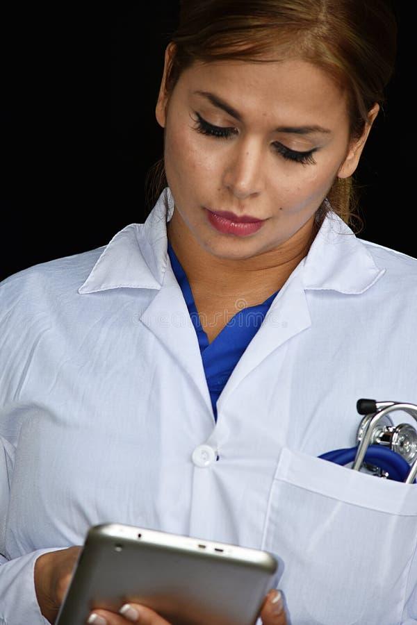 Poważnej Ślicznej kobiety Lab Doktorski Jest ubranym żakiet Z pastylką zdjęcie stock