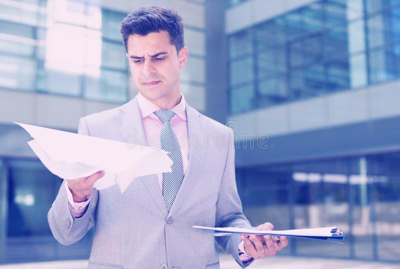 Poważni kierownika czytania papiery zdjęcie stock