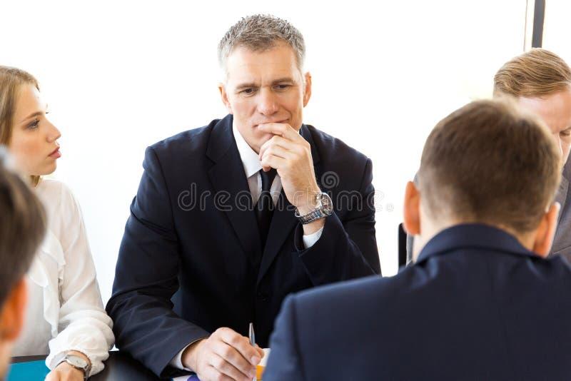 Poważni ludzie biznesu myśleć zdjęcie stock