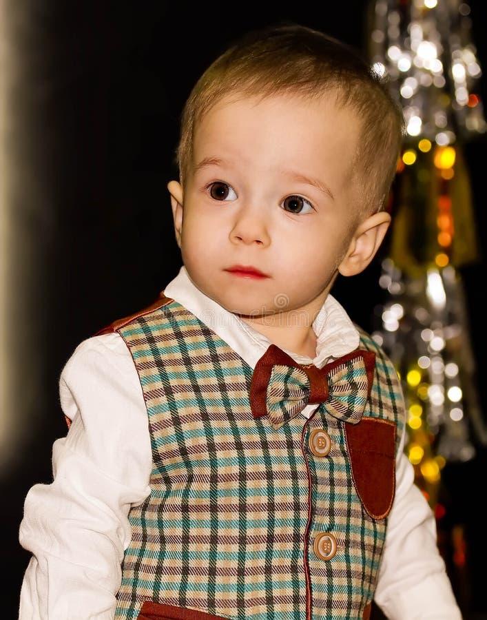 Poważny śliczny dziecko patrzeje daleko od Portret obrazy stock