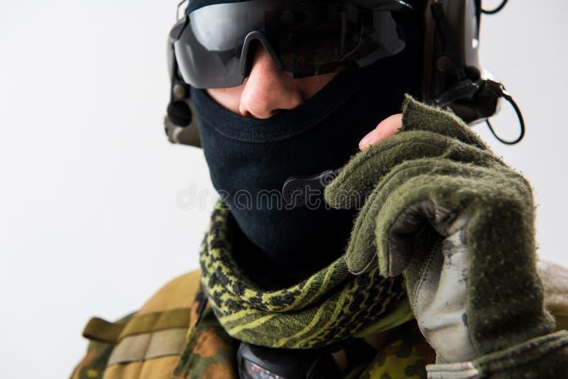 Poważny żołnierz mówi słuchawkami obrazy stock
