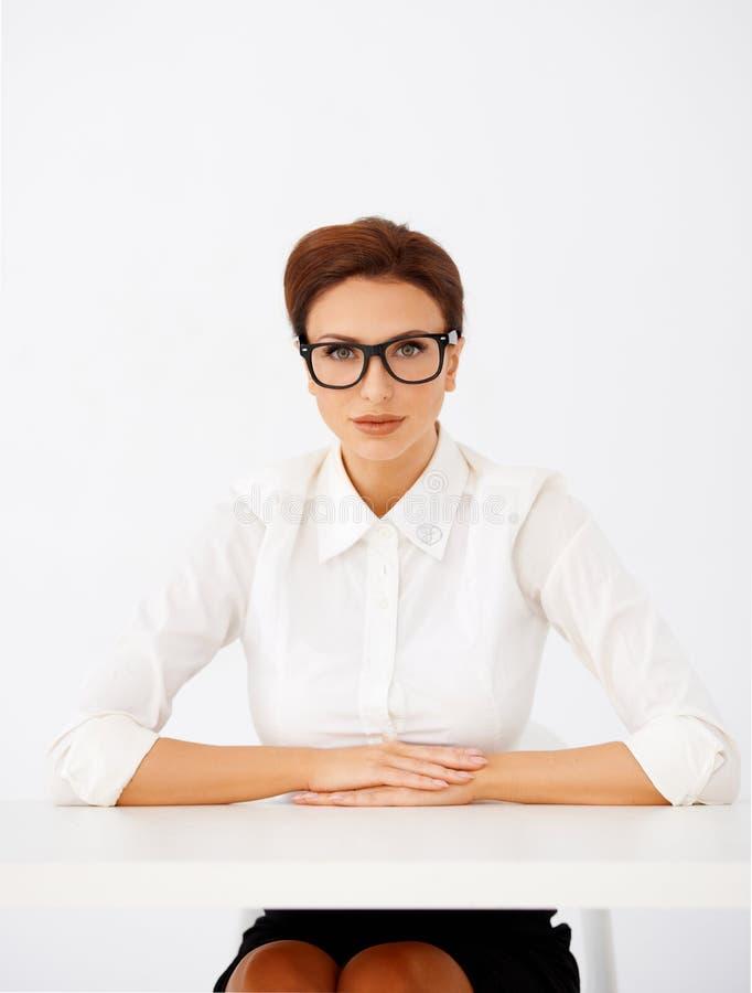 Download Poważny Bizneswoman W Szkłach Zdjęcie Stock - Obraz złożonej z atrakcyjny, officemates: 28952784