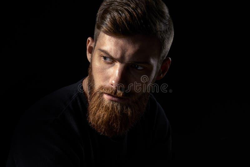 Poważny brutalny brodaty mężczyzna obraz stock