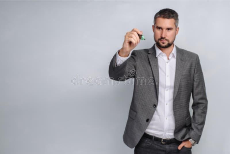 Poważny CEO pisze na szklanej strategii rozwoju Biznesowego mężczyzna writing ogólnospołeczny medialny pojęcie obraz royalty free