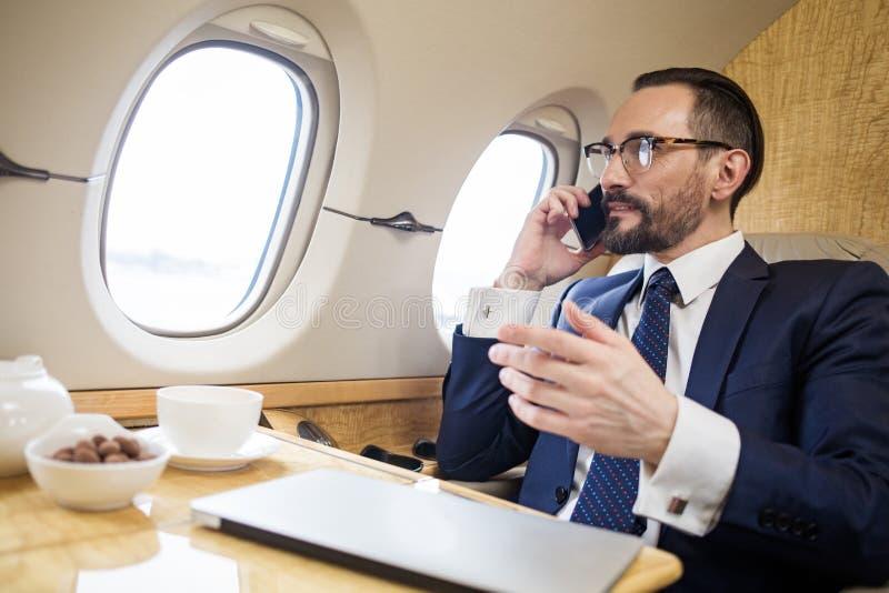 Poważny dyplomata negocjuje telefonem komórkowym zdjęcia royalty free