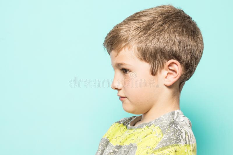 Poważny dziecko w profilu na błękitnym tle fotografia stock