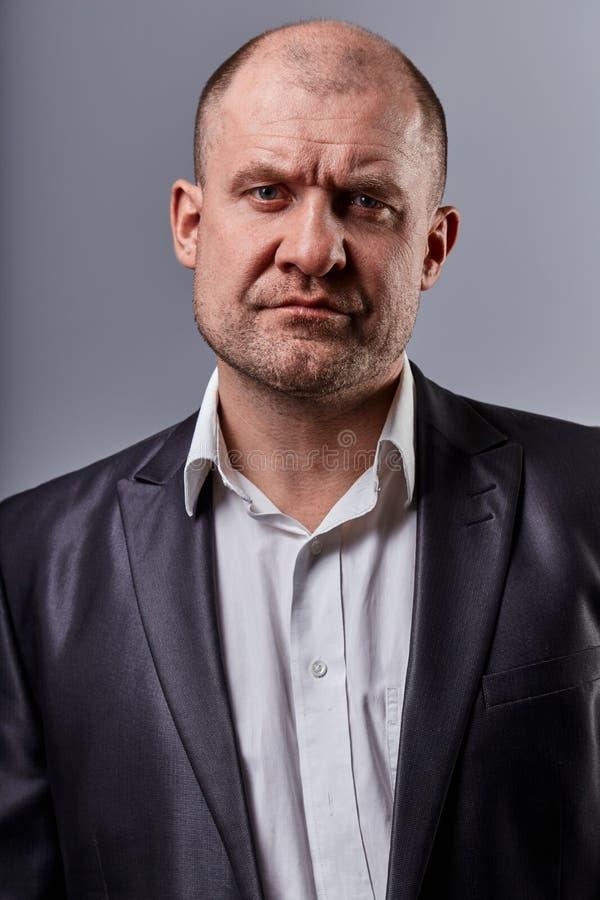 Poważny gniewny emocja mężczyzna w kostiumu patrzeć Zbliżenie portret aktor obraz stock