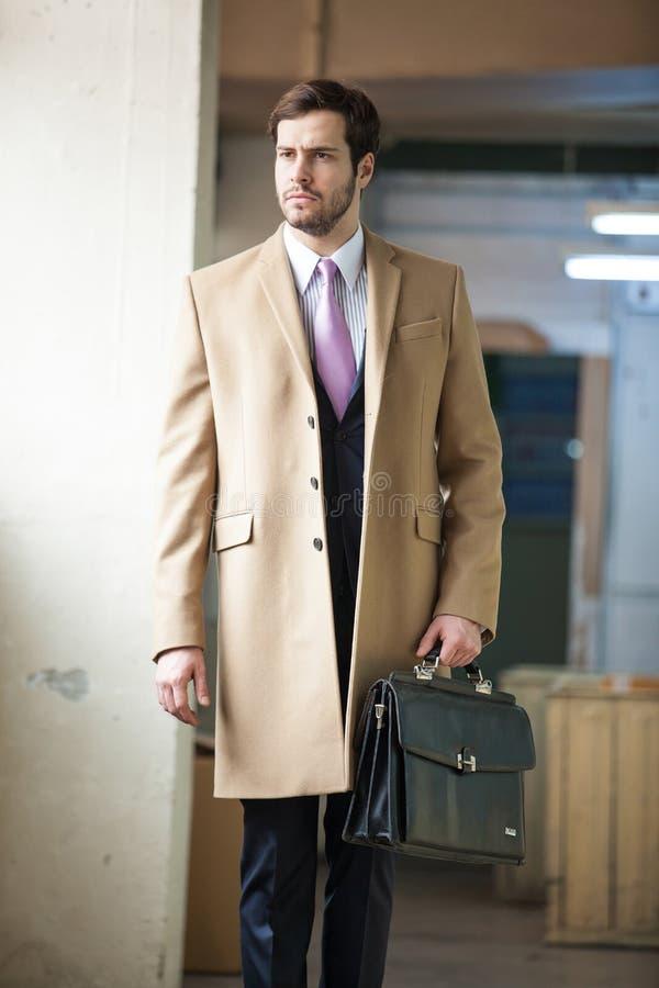 Poważny i elegancki biznesowy mężczyzna chodzący daleko od fotografia royalty free