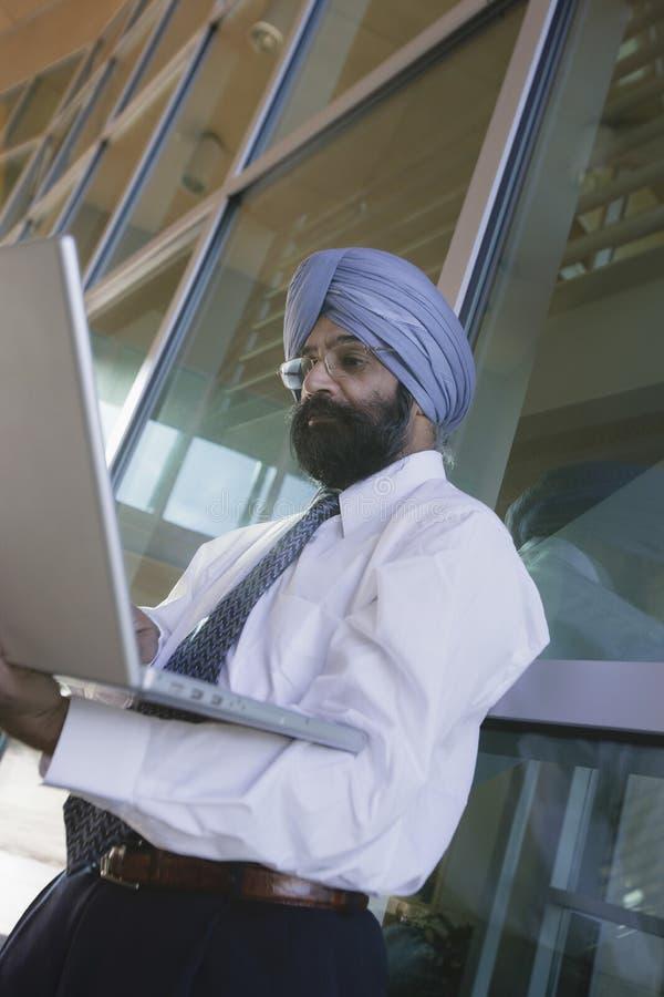 Poważny Indiański biznesmen Używa laptop zdjęcia royalty free