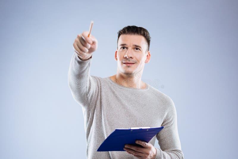 Poważny mądrze mężczyzna wskazuje z ołówkiem zdjęcie stock