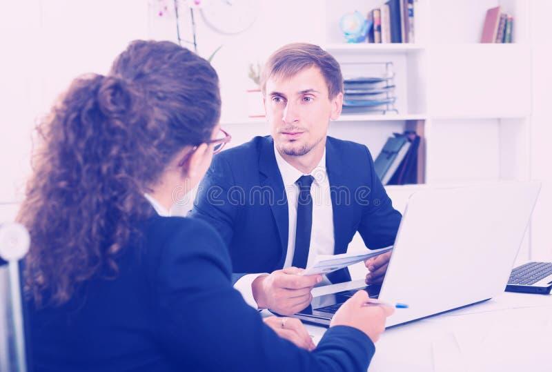 Poważny mężczyzna kierownik pracuje na laptopie w biurze zdjęcia royalty free