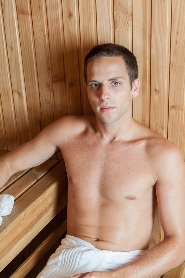 Poważny mężczyzna odpoczywa w sauna obrazy stock