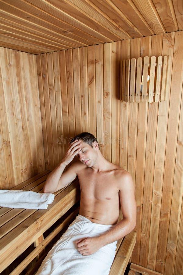 Poważny mężczyzna odpoczywa w sauna obraz stock