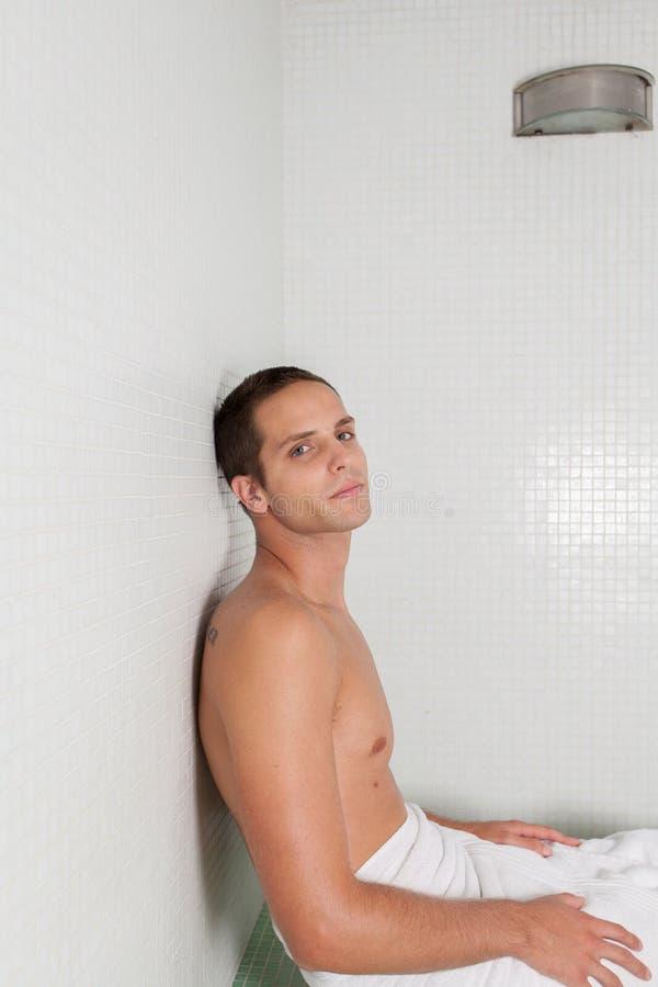 Poważny mężczyzna wśrodku Sauna zdjęcia stock