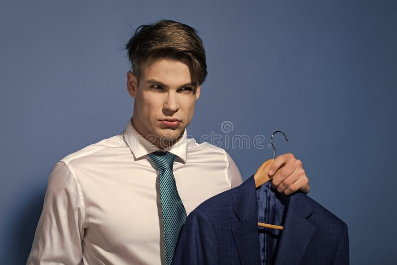 Poważny mężczyzna w kostiumu Mężczyzna w białej koszula, krawata chwyta kurtka na wieszaku zdjęcie stock