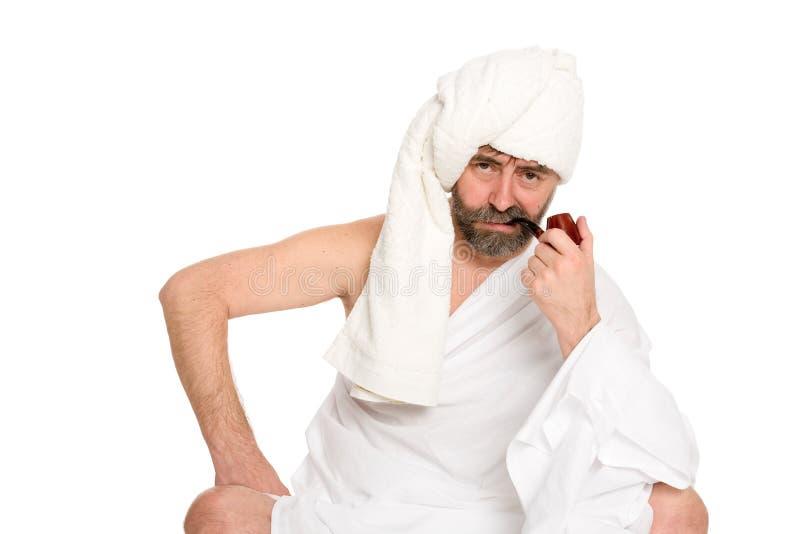 Poważny mężczyzna z drymbą w sauna sukni obraz stock