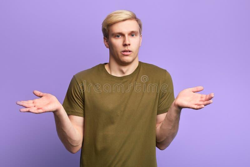 Poważny mężczyzna z rękami w górę patrzeć kamerę zdjęcie royalty free