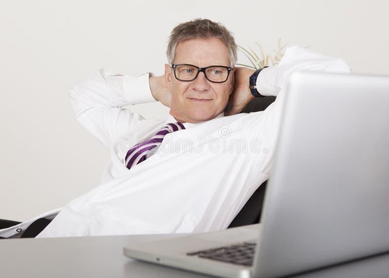 Poważny Męski klinicysty Viewing Coś przy laptopem obraz stock