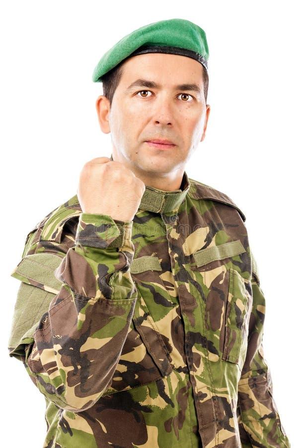 Poważny młody żołnierz z ręką podnosił pokazywać jego pięść zdjęcia royalty free