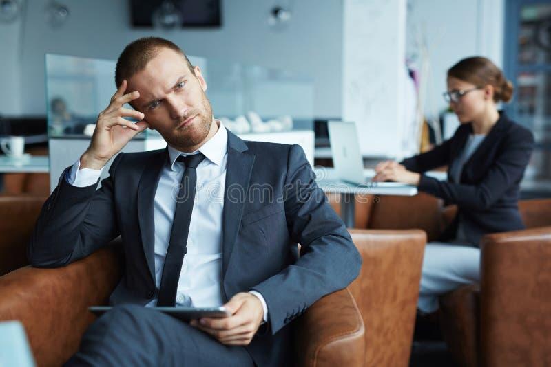 Poważny młody biznesmen w kawiarni zdjęcie stock