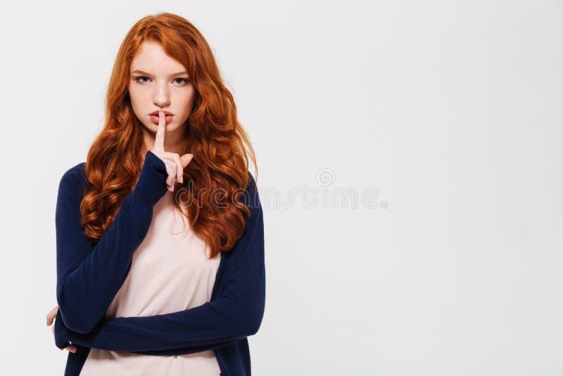 Poważny młody rudzielec damy seansu ciszy gest zdjęcie stock