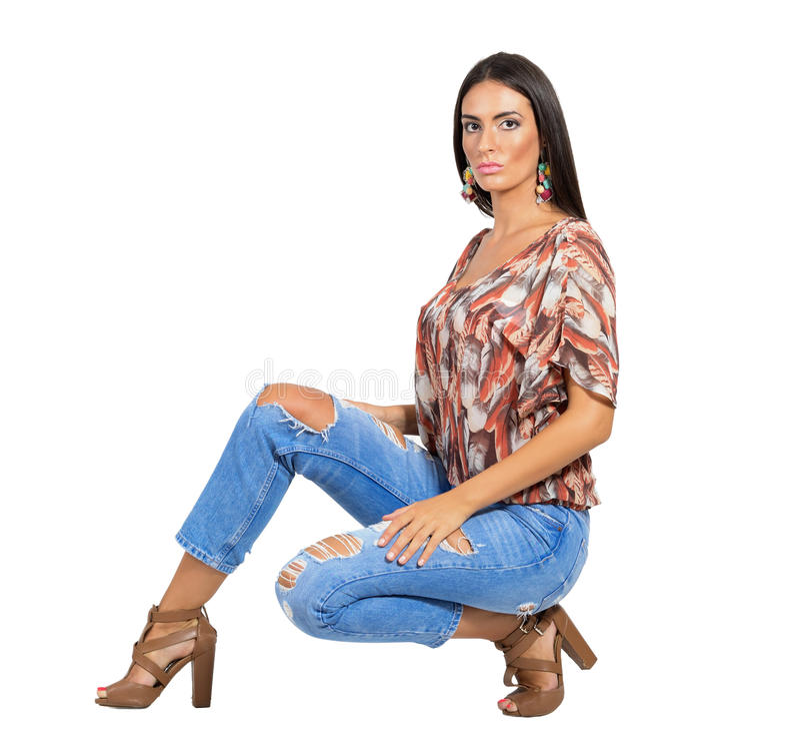 Poważny młody zmysłowy brunetki mody model pozuje przy kamerą zdjęcie royalty free