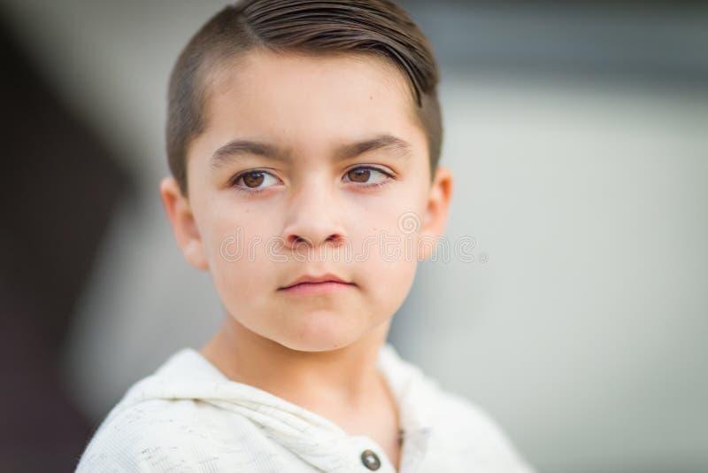 Poważny Mieszany Biegowy Młody latynos i Kaukaska chłopiec obraz royalty free
