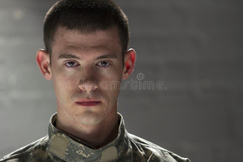 Poważny przyglądający żołnierz, horyzontalny zdjęcie stock