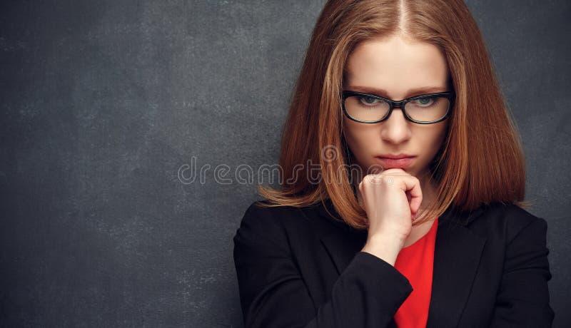 Poważny srogo kobieta nauczyciel przy blackboard fotografia stock