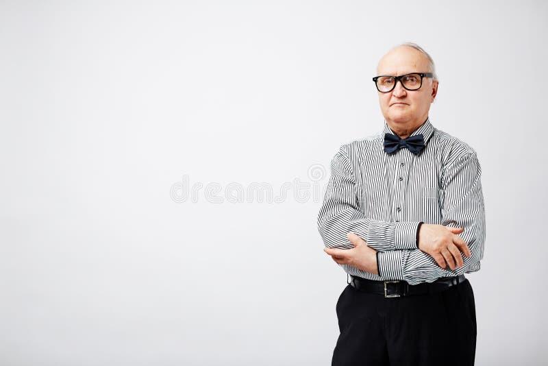 Poważny stary człowiek z łęku krawatem fotografia royalty free