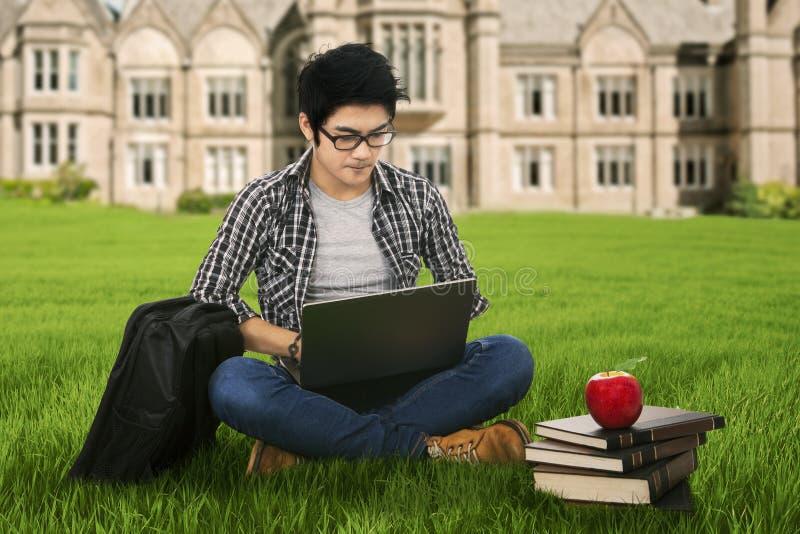 Poważny studencki studiowanie plenerowy zdjęcia royalty free