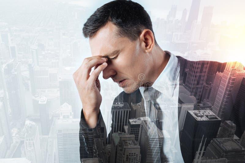 Poważny urzędnika cierpienie od okropnej migreny fotografia royalty free