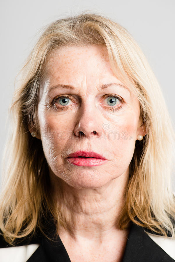 Poważnego kobieta portreta wysokiej definici popielatego backgrou istni ludzie obrazy stock