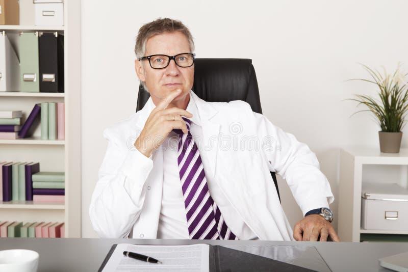 Poważny wieka średniego lekarz fotografia royalty free