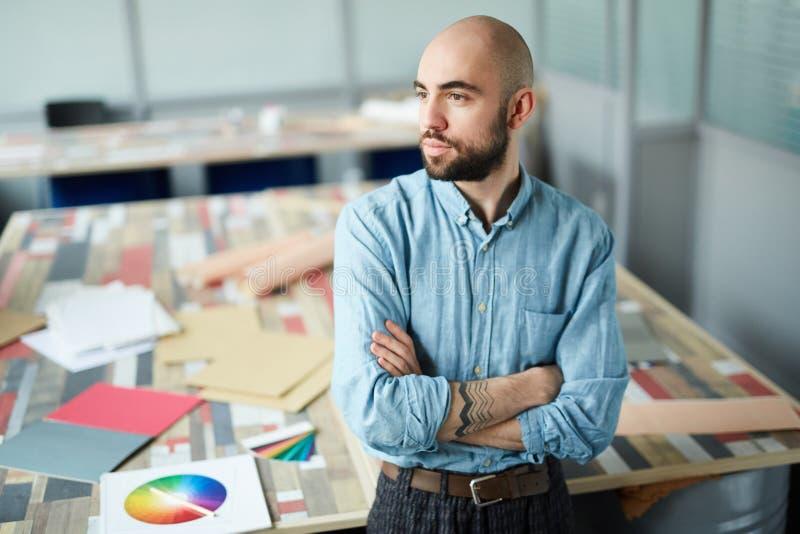 Poważny zdecydowany mężczyzna myśleć o nowym projekta projekcie zdjęcia stock