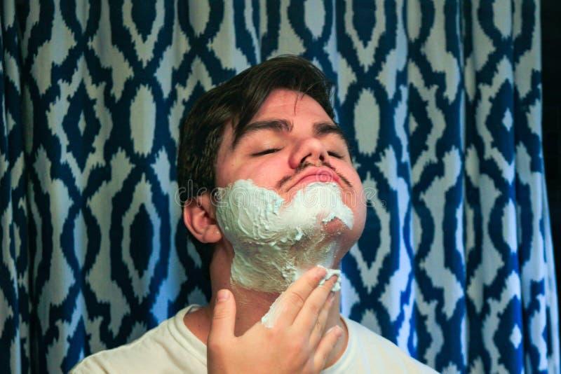 Powa?ny facet goli jego brod? obrazy stock