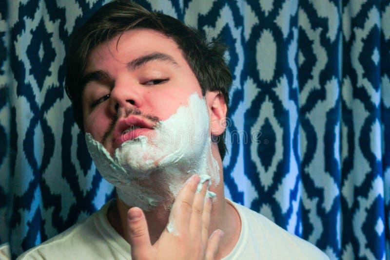 Powa?ny facet goli jego brod? zdjęcie stock
