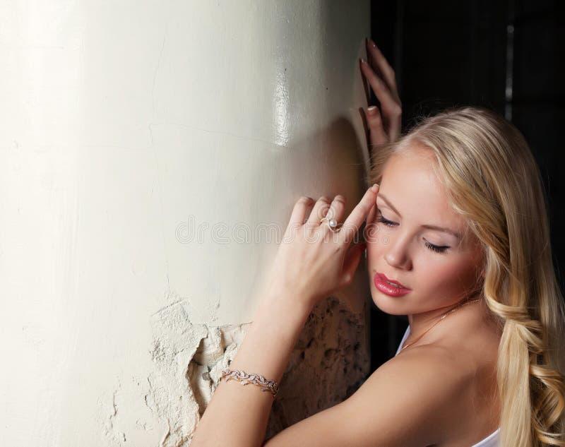 Powabna blondynka pozuje opartą kolumnę, zakończenie obrazy royalty free